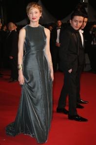 Alba Rohrwacher con un vestido gris de terciopelo de Valentino Couture Spring 2015.