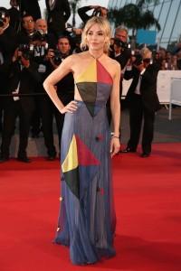 Sienna Miller con un vestido multicolor con estampados geométricos de Valentino Haute Couture Spring 2015.