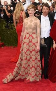 Alba Rohrwacher con un vestido rojo con transparencias y estampado dorado de Valentino Haute Couture Spring 2015.