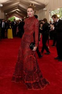 Jessica Hart con un vestido rojo con transparencias de la firma Valentino.