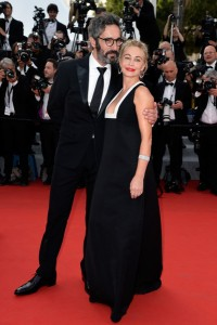 Emmanuelle Beart con un vestido negro de escote cuadrado de la firma Valentino coleccion pret-a-porter Fall 2015.