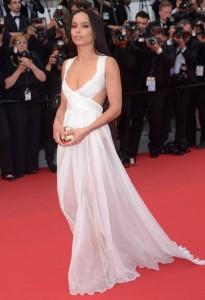 Zoe Kravitz con un vestido blanco de Valentino Sala Bianca Haute Couture.