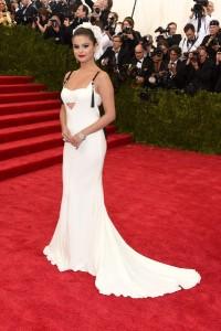 Selena Gomez muy elegante con un vestido blanco con tirantes negros de la diseñadora Vera Wang.