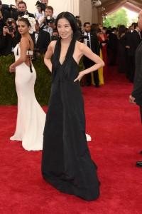La diseñadora Vera Wang con un vestido negro de su propia creación.