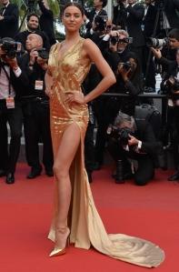Irina Shayk con un vestido dorado de la firma Versace.