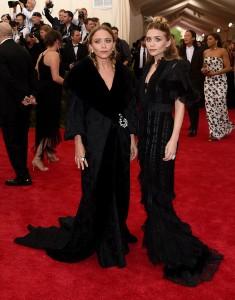 Las gemelas Olsen con unos vestidos negros vintage del diseñador John Galliano para Dior.