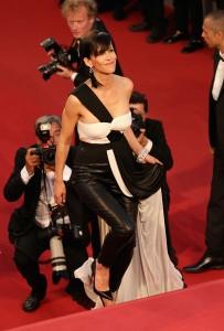 Sophie Marceau, con un vestido-pantalón de gasa y cuero en negro y blanco de la firma Vionnet.