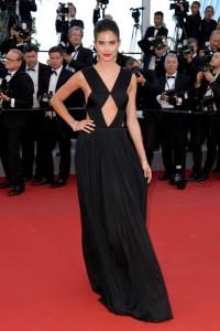 Sara Sampaio con un vestido negro de la firma Vionnet coleccion pret-à-porter Spring 2015.