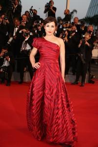 Noomi Rapace con un vestido de corte princesa con print animal de color rojo de la diseñadora británica Vivienne Westwood.