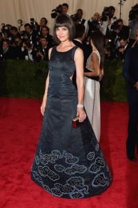 Katie Holmes con un vestido negro con estampados brillantes en azul del diseñador Zac Posen.