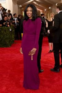 Gabrielle Union con un vestido morado de manga larga del diseñador Zac Posen.