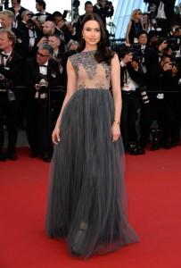 Emma Miller con un vestido gris con falda de tul del diseñador Zeynep Kartal.