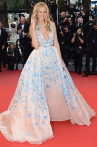 Petra Nemcova con un espectacular vestido nude con estampado floral azul del diseñador Zuhair Murad Haute Couture Spring 2015.