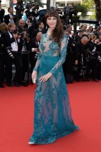 Frederique Bel con un vestido azul con transparencias de Zuhair Murad colección pret-à-porter Fall 2015.