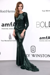 Daria Srtoukos con un vestido verde oscuro de paillettes de Alexandre Vauthier pret-a-porter fall 2015.