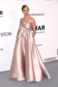 Karolina Kurkova con un vestido rosa de corte princesa de Alexis Mabille Couture.