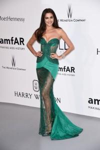 Irina Shayk muy elegante con un vestido verde con transparencias de Atelier Versace.