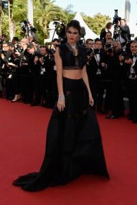 Kendall Jenner con un vestido de dos piezas negro de Azzedine Alaïa.
