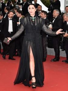 Rossy De Palma con un vestido negro de Azzedine Alaïa.