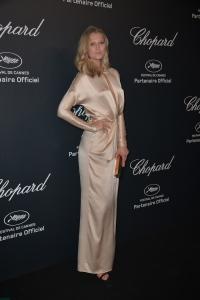 Toni Garrn con un vestido de manga larga color crema de la firma Blumarine.