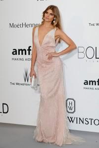 Marina Linchuk con un vestido rosa pálido con plumas y paillettes de Blumarine.