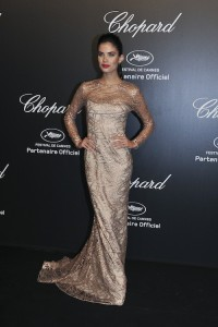 Sara Sampaio con un vestido brillante de la firma Blumarine.
