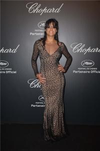 Michelle Rodriguez con un vestido negro con estampado floral de la firma Blumarine.