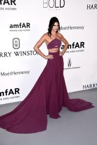Kendall Jenner con un vestido morado de Calvin Klein Collection.