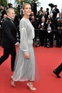 Cecile de France con un vestido gris metalizado de la firma Chanel.