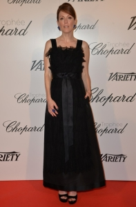 Julianne Moore con un vestido negro de tirantes de Chanel Pre-Fall 2015.