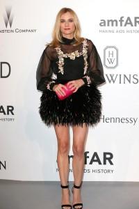 Diane Kruger con un vestido corto negro con falda de plumas de Chanel Pre-Fall 2015.