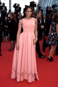 Cindy Fabre con un vestido rosa con estampado floral en la parte baja del diseñador Christophe Guillarmé.