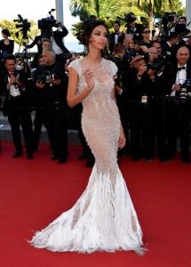 Madalina Ghenea con un vestido nude y blanco con plumas en la parte baja de Cristina Savulescu.