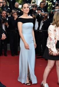 Marion Cotilard con vestido negro y azul claro de la firma Dior.