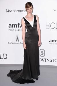 Louise Bourgoin con un vestido negro y blanco de Christian Dior.