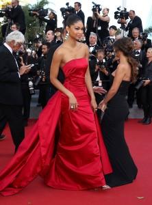 Chanel Iman con un elegantísimo vestido rojo con cola de Donna Karan Atelier.