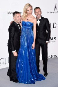 Anja Rubik con un vestido azul eléctrico de la firma Dsquared.2 acompañada de sus dos diseñadores.