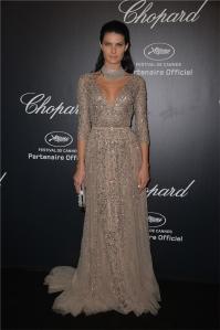 Isabeli Fontana con un vestido de color crudo con paillettes plateadas del diseñador Elie Saab.
