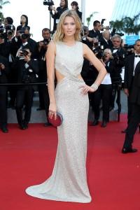 Toni Garrn con un vestido blanco de paillettes del diseñador libanés Elie Saab.