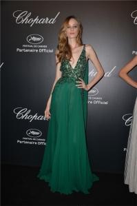 Thairine Garcia con un vestido de gasa verde de Elie Saab colección Haute Couture Fall 2013.