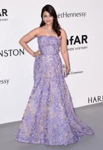 Aishwarya Rai con un vestido con estampado floral lila de Elie Saab Haute Couture Spring 2014.