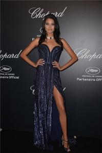 Daniela Braga con un vestido azul de escote corazón del diseñador Elie Saab Haute Couture colección Fall 2013.