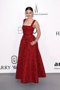 Kristina Bazan con un vestido rojo del diseñador Elie Saab. En la gala de clausura este vestido fue repetido por otra actriz.