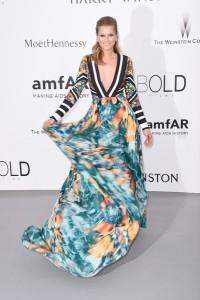 Toni Garrn con un vestido estampado de Elie Saab colección pret-a-porter Spring 2015.