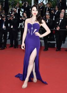 Emma Miller con un vestido lila con corte en la falda de Gabriela Cadena.