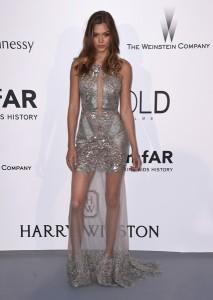 Josephine Skriver con un vestido plateado con trasnparencias de Gabriela Cadena.