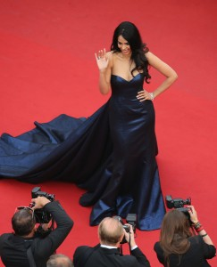 Mallika Sherawat con un vestido azul marino con cola del diseñador Georges Hobeika Haute Couture Fall 2014.