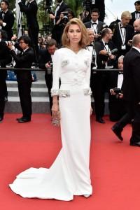Victoria Bonya con un vestido blanco del diseñador libanés Georges Hobeika Haute Couture Spring 2015.