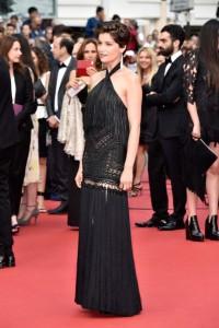 Laetitia Casta con un vestido negro de cuello halter y flecos de Givenchy Couture Fall 2012.