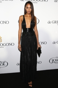 Joan Smalls con un escotado vestido negro de Givenchy Fall 2015.